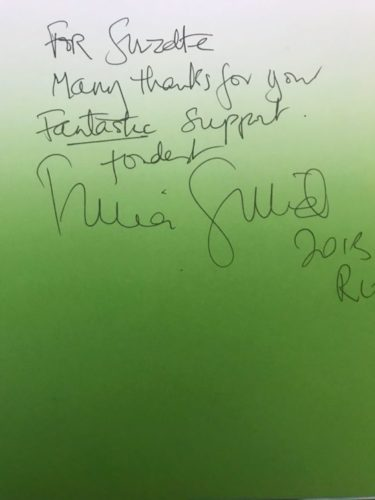 Autografo de Tricia Guild para a jornalista Suzete Acge
