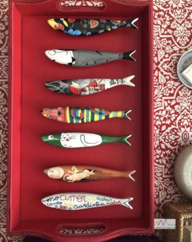 Bandeja vermelha com sardinhas em louça da Bordallo Pinheiro