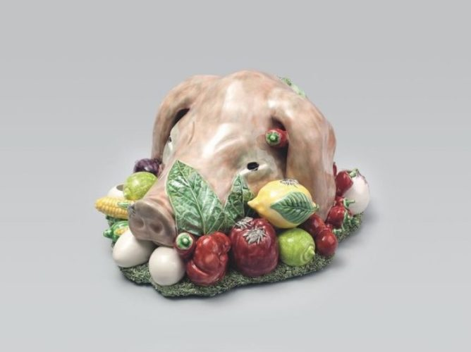 Isabela Capeto para Bordallo Pinheiro, centro de mesa em louça com cabeça de porco e legumes