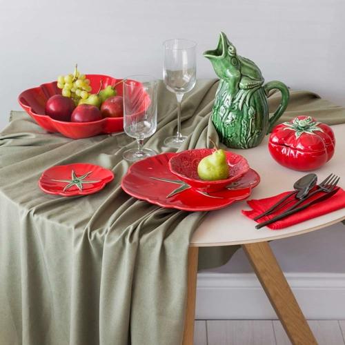 Mesa posta com louça de tomates e jarra da faiança Bordallo Pinheiro