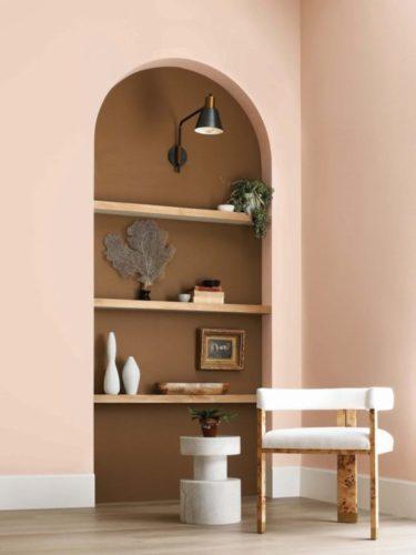 Tons neutros e orgânicos para as paredes. Parede pintada de rosa e um nicho com o fundo pintado de marrom.