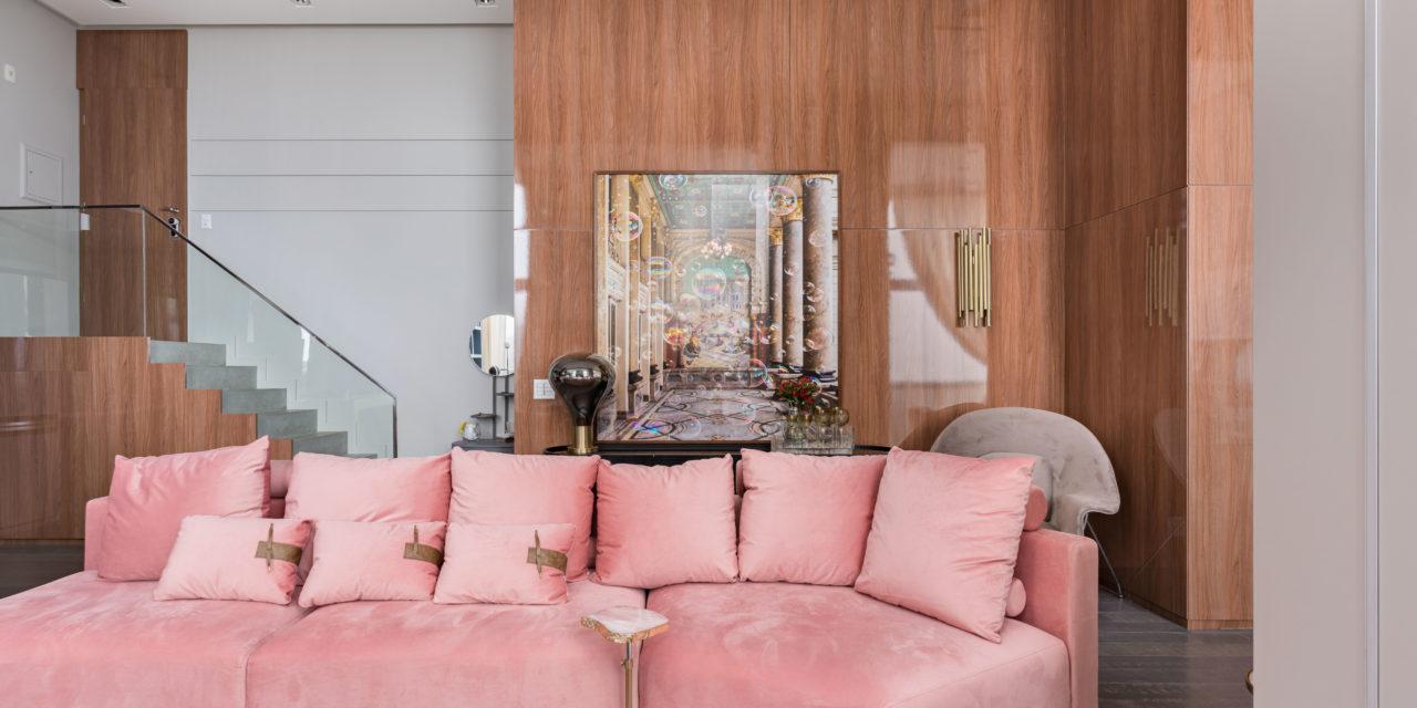 Sofá rosa como ponto de partida para o décor