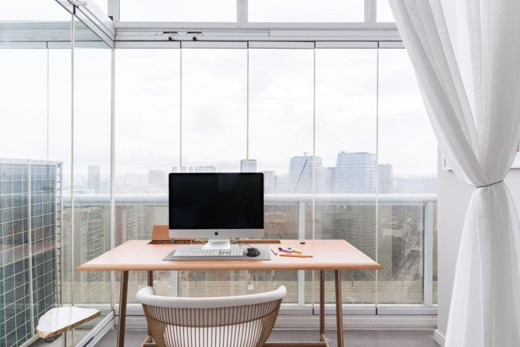 Home office na varanda integrada a quarto