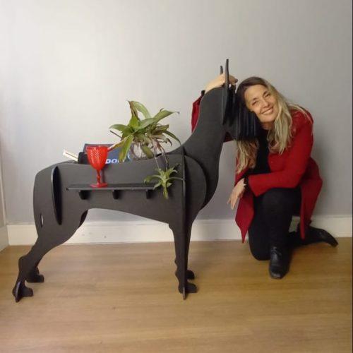 Móvel lateral com design de um cachorro.