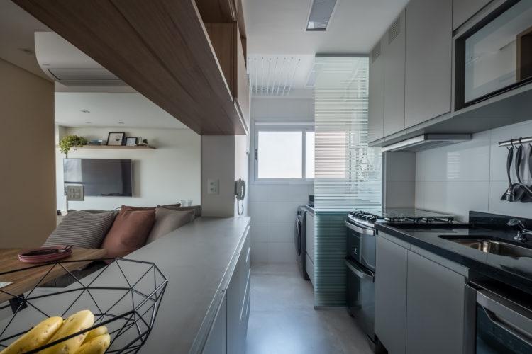 Coifa ou depurador: Profissionais explicam como escolher a melhor opção para o projeto de cozinha Cozinha com planta em corredor e coifa embutida no armário em cima do fogão