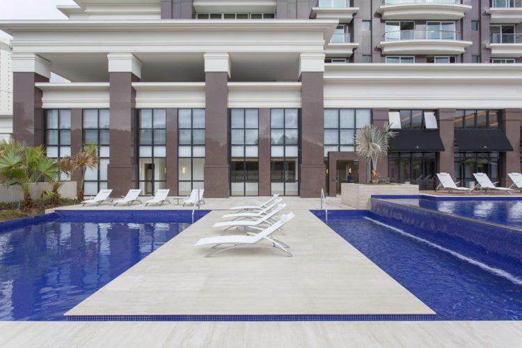 Prédio com área externa e piscina revestida com limenstone