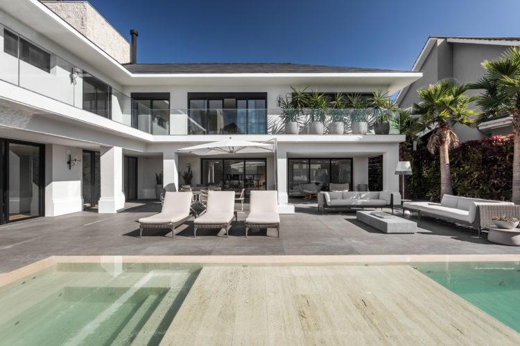 Casa grande com com pedras naturais na área externa.