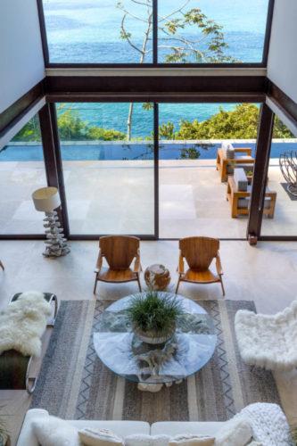 Casa com estrutura metálica, panos de vidro e poucas paredes. Vista linda para o mar no rio de janeiro