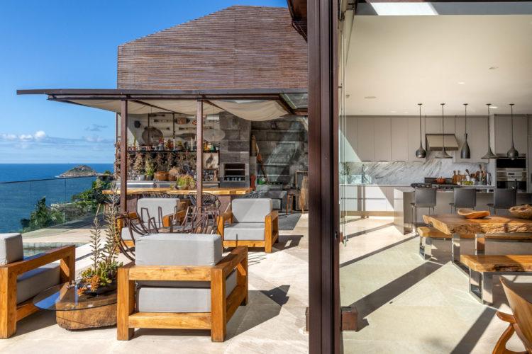 Casa com vista incrível para o mar. Cozinhas lado a lado, uma externa gourmet e outra integrada a sala, separadas apenas por uma porta de correr em vidro