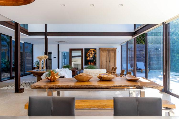 Sala com moveis em madeira, arquitetura em vigas metálicas