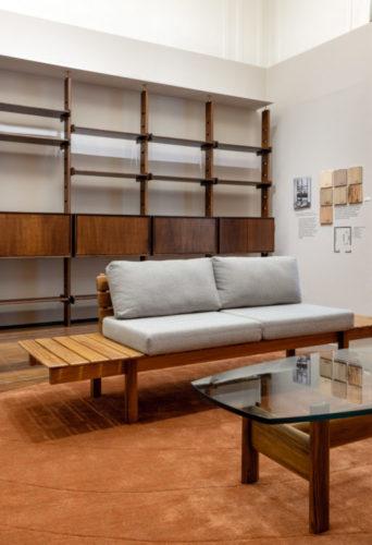 Moveis, sofá e estante com desenhos dos anos 40