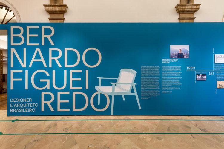Painel na entrada da abertura da exposição sobre Bernardo Figueiredo, designer e arquiteto brasileiro