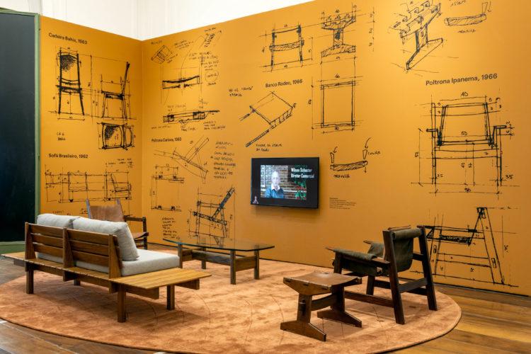 Ambientação com croquis de desenhos de móveis em uma exposição sobre Bernardo Figueiredo, designer e arquiteto brasileiro