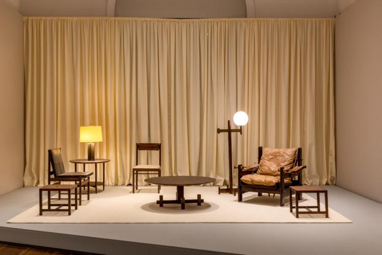 Ambientação em uma exposição sobre mobiliário brasileiro. Cadeiras e mesas da década de 40