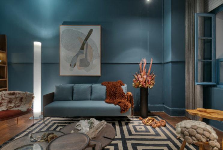 Ambiente da mostra Modernos Eternos BH. Gabinete da colecionadora todo pintado de azul.
