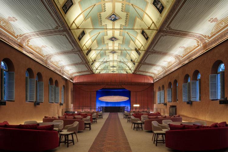 O auditório do Colégio Arnaldo, inaugurado em 1912 passou por uma transformação para abrigar o restaurante da mostra de decoração, Modernos Eternos em BH.