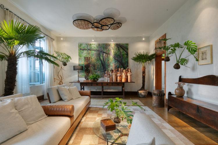Ambiente acolhedor, leve e tropical, pensado para abrigar coleção de arte popular e moderna, de cliente que valoriza a cultura mineira e a história do Brasil.